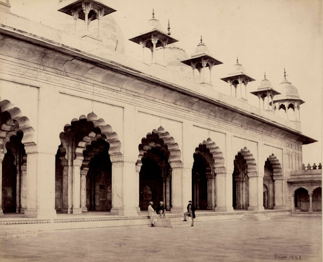 Outside view of Moti Masjid