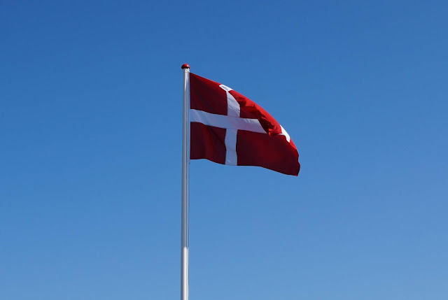 Vom Glück der Anreise nach Dänemark. Auf Küstenkidsunterwegs erzähle ich Euch, warum uns schon die Fahrt in unser Herzensland Dänemark glücklich macht und wie wir die Ankunft dort zelebrieren. Zudem zeige ich Euch tolle Bilder vom Anreisetag.