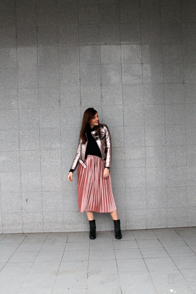 Pleated midi skirt street style
