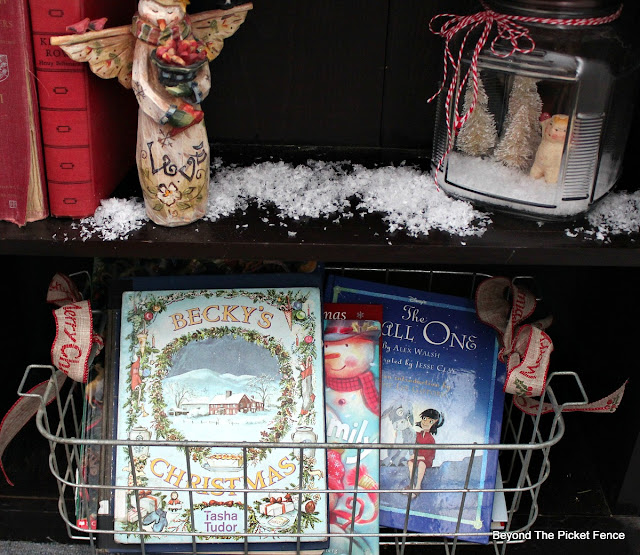 wire basket, fake snow, Christmas books, https://goo.gl/xpejCP