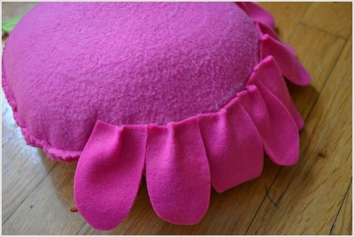 Подушка из флиса. Fleece Flower Petal Pillows DIY tutorial