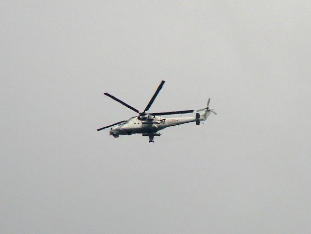Вертолёт патрулирует территорию