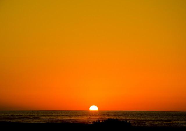 Playa de Cofete en Fuertventura. El ocaso del día en playa de Cofete se tiñe de rojo.