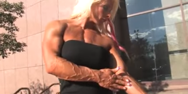 Clip Hard muscle female bodybuilders flexing her big muscles