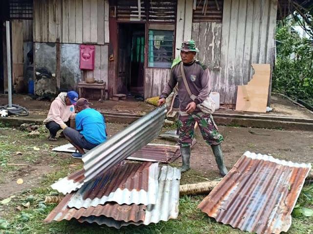 Angin Puting Beliung Landa Mimsoaro, Babinsa Bantu Perbaiki Rumah Warga