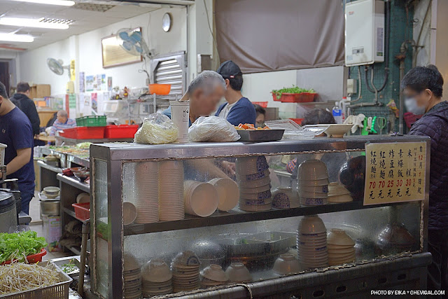 MG 9924 - 忠孝夜市唯吾知足自在素食,用餐時段都會湧現排隊人潮,點餐直接和老闆說就好