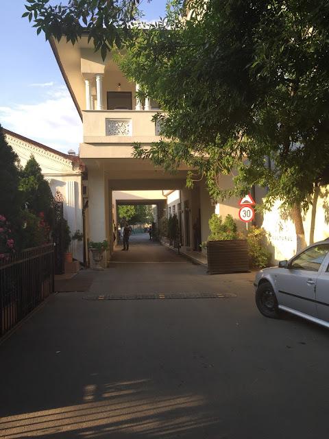 vedere de la intrarea catre zona de terasa si camerele de festivitati Restaurant Vulturul
