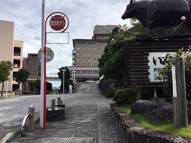 菅原町から北へ東伊場一丁目をグランドホテル浜松を左に見ながら登るとステーキレストランいなんばの敷地内にオルガン坂と書かれた愛称標識が立つ(2017年9月17日撮影)