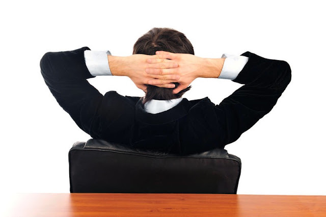 Persona sentado en el sillón demostrando seguridad en si mismo