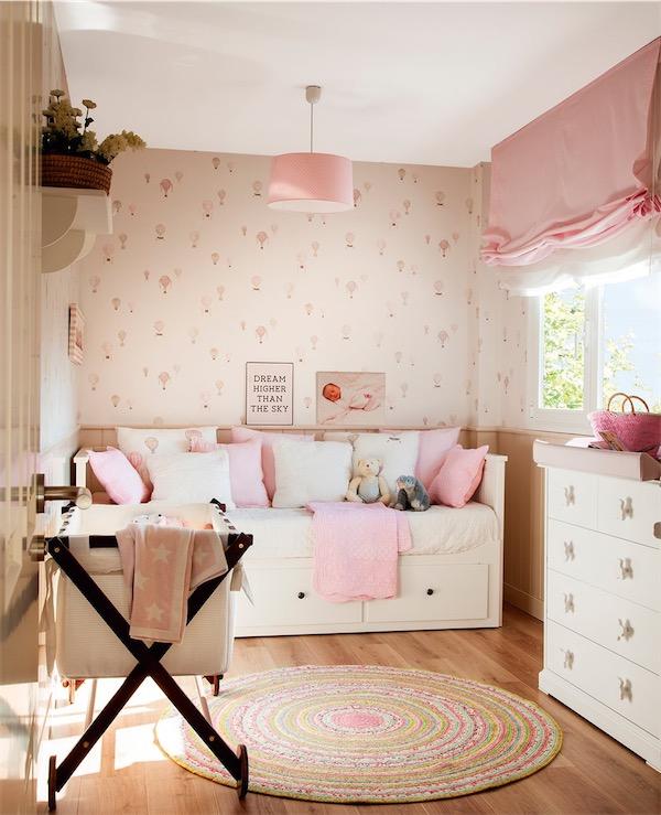 dormitorio infantil decorado en rosa y papel pintado de globos chicanddeco