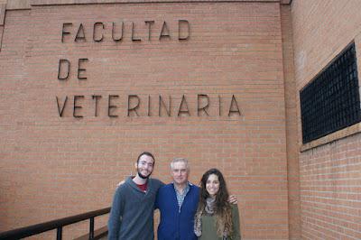 De izquierda a derecha: el premiado Juan Santiago Alfaro Alegre, el profesor de Historia de la Veterinaria Francisco Gil Cano y la premiada Esmeralda Abellán Girona.
