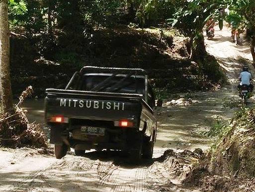 Personil TNI Terus Bantu ,Warga Yang Melintas Di Appabatu, Dinas PU Berhasil Buka Jalan, Untuk Mobil