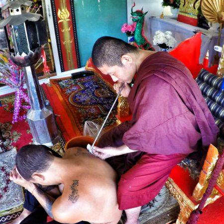 Tatuaje Sak Yant en el Wat Phra