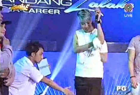 Vice Ganda wiped his sweaty armpits with a towel | It's Showtime