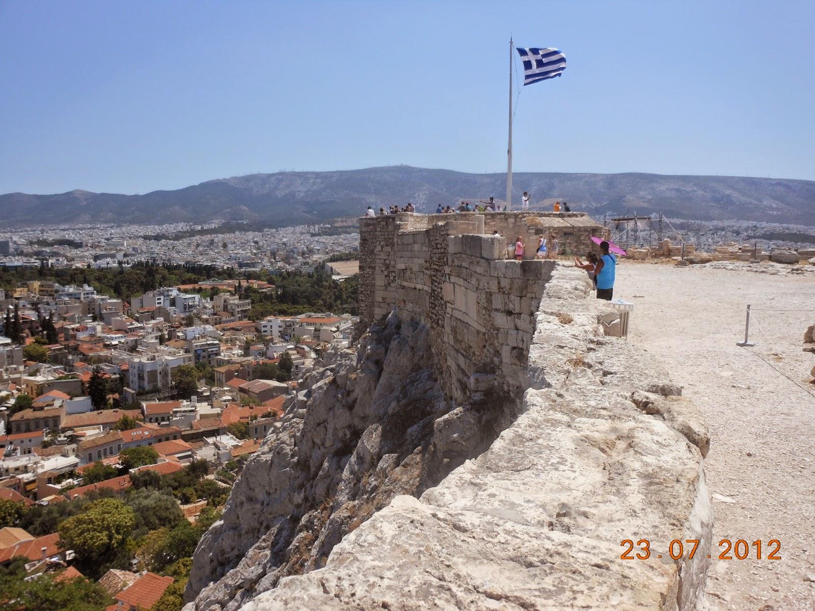 Vista do alto da acrópole com a bandeira da Grécia - Atenas