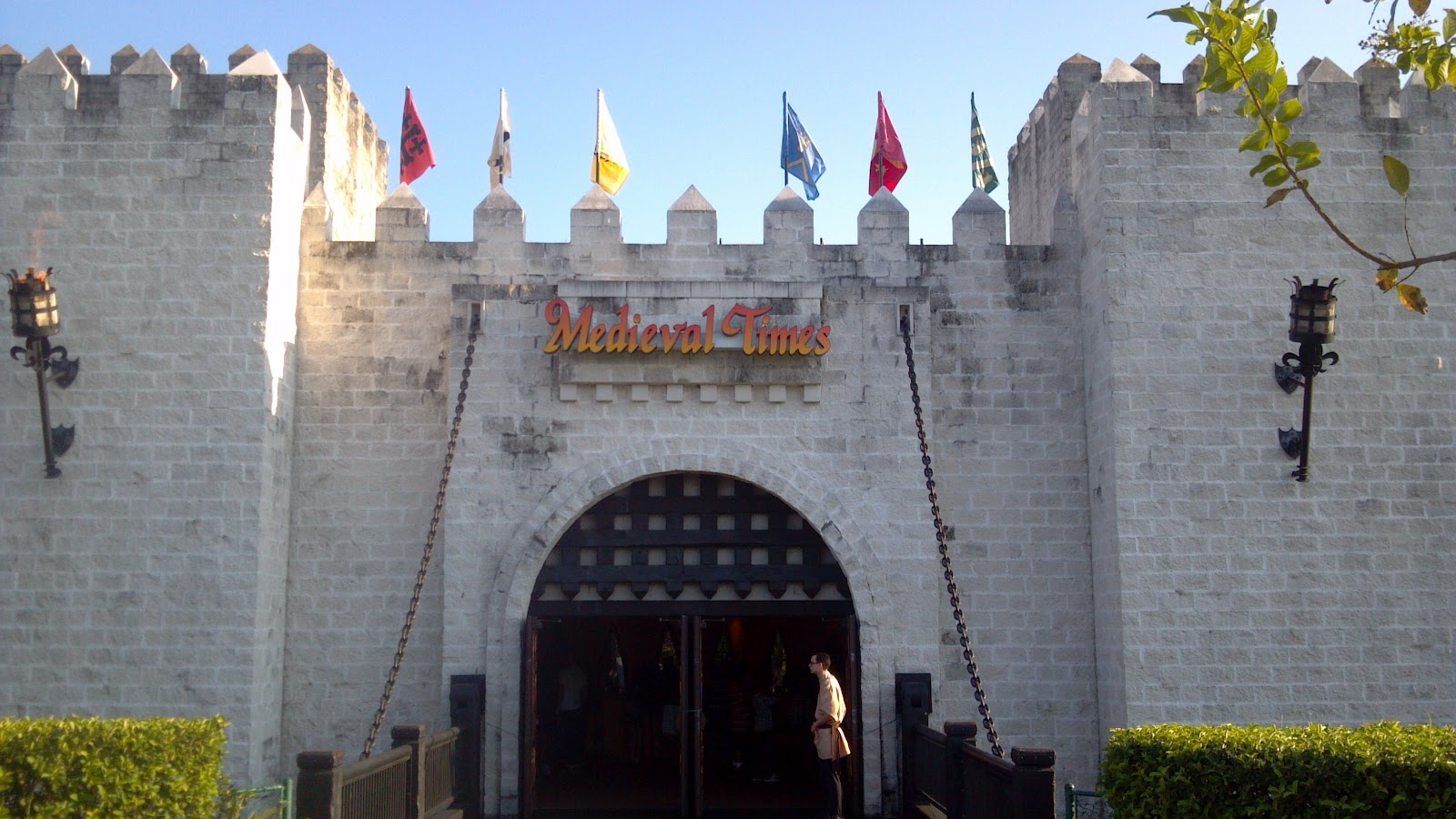 Orlando Dinner Shows – Medieval Times & Pirate's Dinner Adventure. BY MIKE WARING – JUNE As I promised previously in Part 1, we did go back and review the last two big non-Disney dinner shows in Orlando: Pirate's Dinner Adventure! (comes with an exclamation mark) and Medieval Times (sorry, no exclamation mark).. Perhaps at some future point we will do an Extreme Luau Review with.