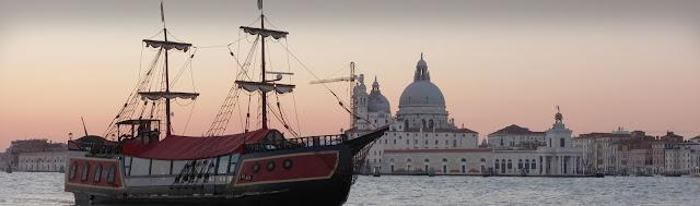 Cruzeiro e jantar no galleon em Veneza