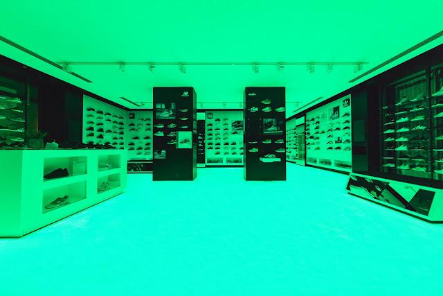 A few Store mit Turnschuhen und Trend-Sneakers