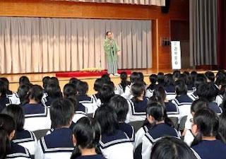 学校で開催された三遊亭楽春の落語会(芸術能鑑賞会)の風景です。