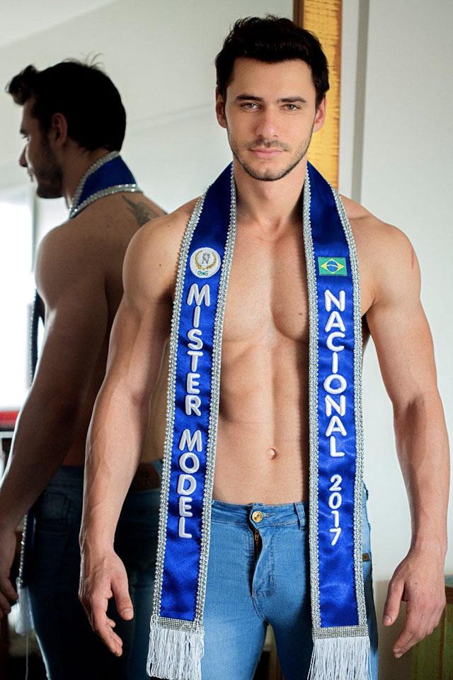 Alexandre Bertolla posa com a faixa de Mister Model Nacional 2017. Foto: Ronaldo Gutierrez