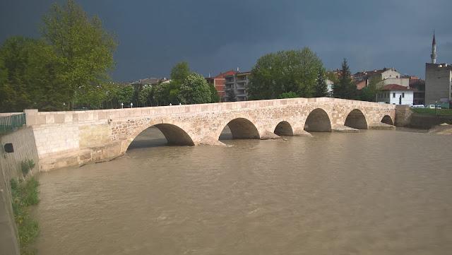 """İlçeye adını veren ve hâlen kullanılan """"Taş köprü"""", M.S. 1366 yılında Yağmur Bey'in oğlu Ali Bey tarafından Kastamonu Emiri Adil Bey'in oğlu Celaleddin Beyazıt (Kötürüm Beyazıt) adına yaptırılmıştır. Taşköprü, Kastamonu"""