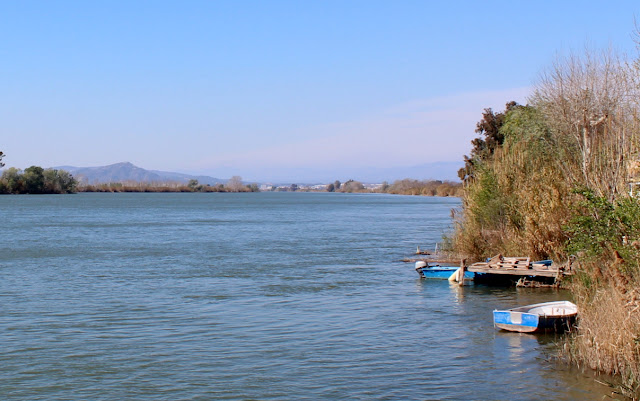 Barcas de pescadores en el río Ebro