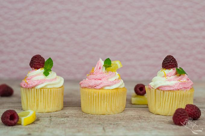 Drei Himbeer-Lemon-Cupcakes
