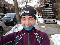 Coureuse souriante, l'hiver, rue de Montréal, le jour