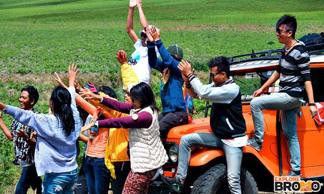 para wisatawan menikmati pesona gunung Bromo