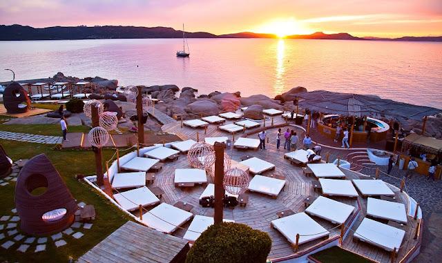 Pôr do sol no Beach Club Phi em Sardenha