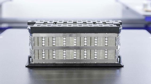Innolith Energy Battery, böylesine yüksek bir enerji yoğunluğu elde etmek için bazı yenilikçi yaklaşımlar benimsiyor. Bataryanın en önemli avantajlarından biri, maliyeti yükseltecek pahalı materyaller içermemesi.