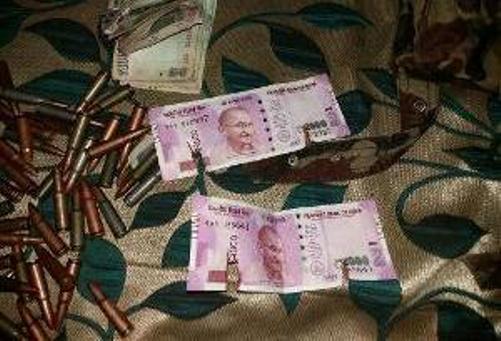 காஷ்மீரில் கொல்லப்பட்ட தீவிரவாதிகளிடம் இருந்து புதிய ரூ.2000 நோட்டுக்கள் பறிமுதல்