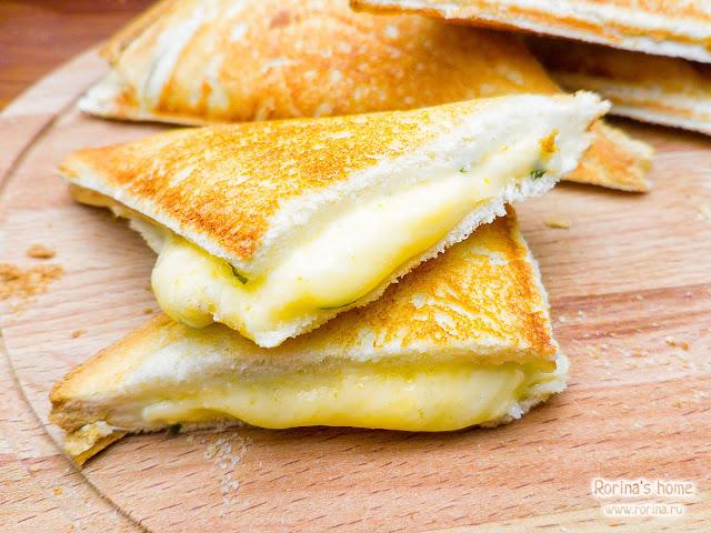 Горячий бутерброд «4 сыра»: рецепт