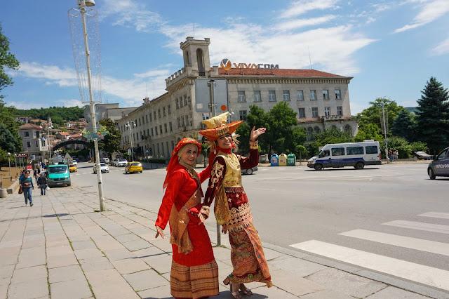 Jalan-jalan pakai pakaian adat di Bulgaria (2). Source: jurnaland.com