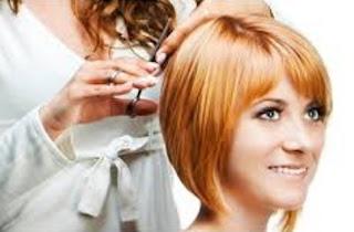memeriksa hasil potongan rambut