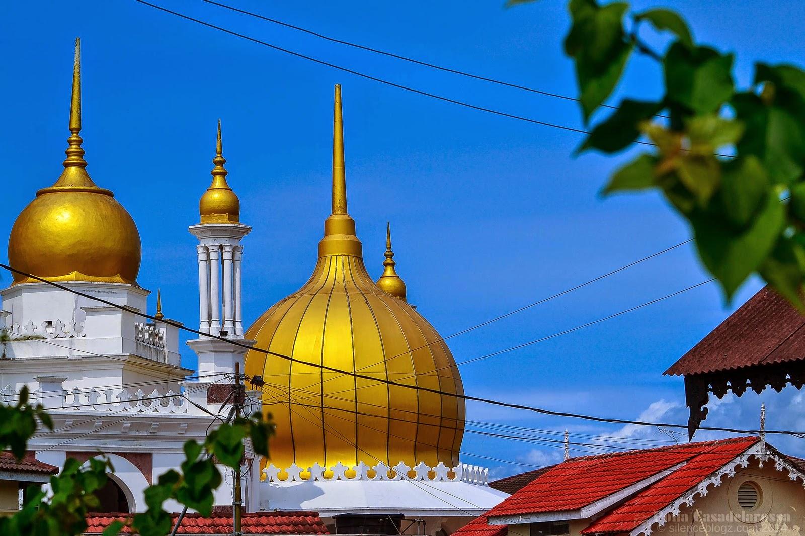 Gambar kubah berwarna keemasan Masjid Ubudiah