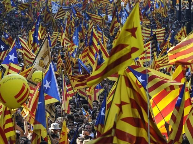 Multidão fazem a marcha em favor da indepenência da Catalunha nas ruas de Barcelona