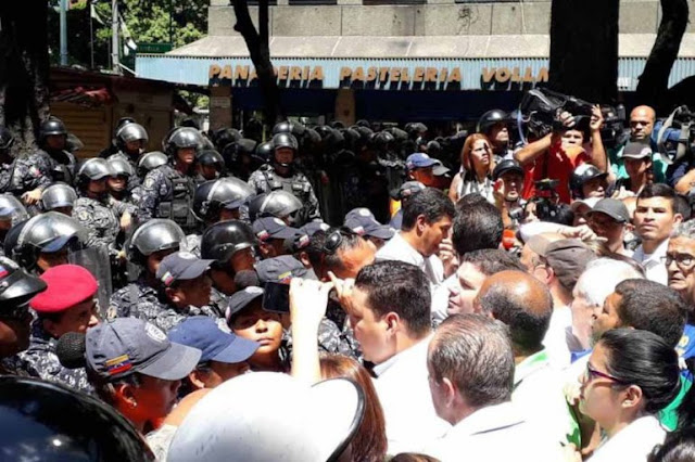 Policía impide que marcha del sector salud llegue a Miraflores