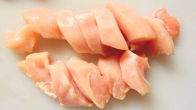 鶏むね肉の脂肪と皮を取り除き、フォークで全体を突いたらそぎ切りに切る