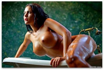 голая девушка нежится в ванне
