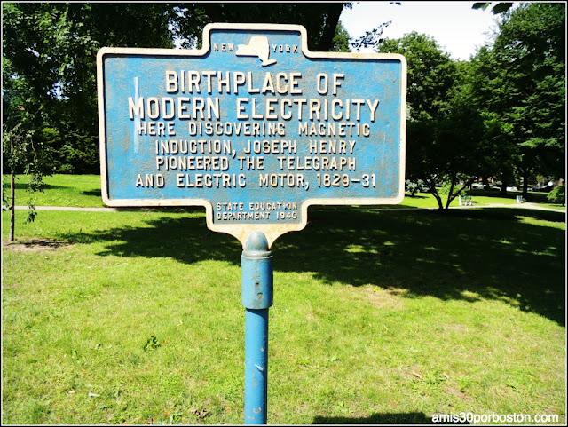 Placa sobre los Descubrimientos de Joseph Henry frente al Old Albany Academy Building