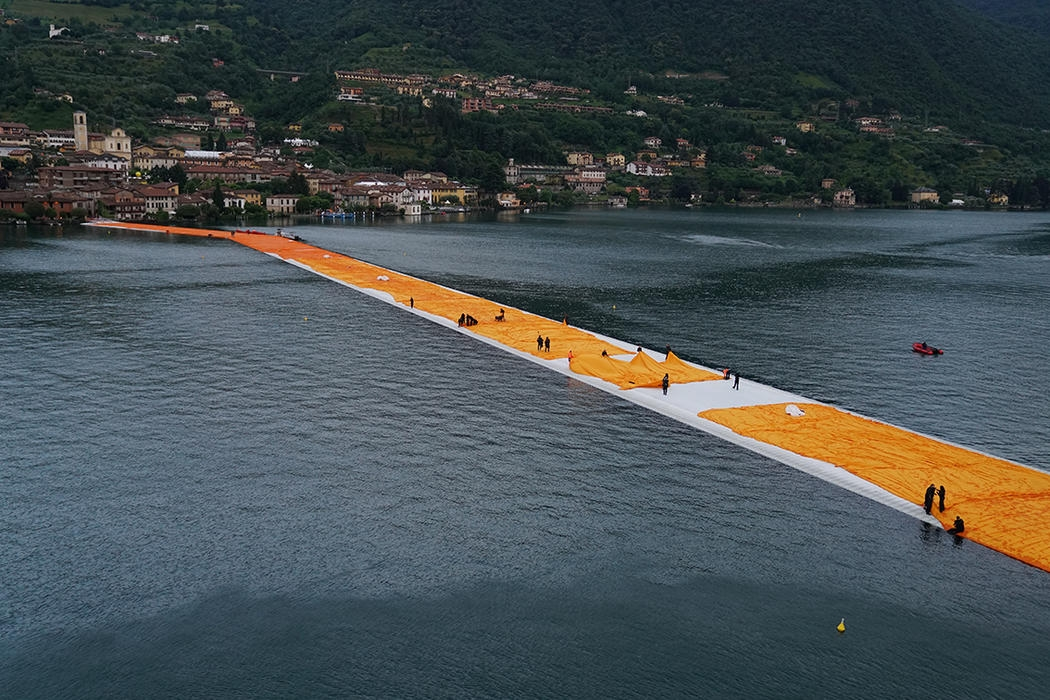 18-Christo-and-Jeanne-Claude-The-Floating-Piers-Walkways-on-Lake-Iseo-Italy-www-designstack-co