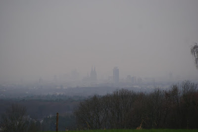 Die kölner Skyline mit Domspitzen und Kirchen sowie Hochhäusern im grauen Nebel