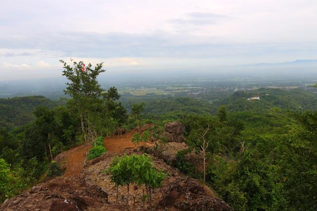 Watu Goyang, Melihat Puncak Makam Raja-Raja Imogiri dari Ketinggian