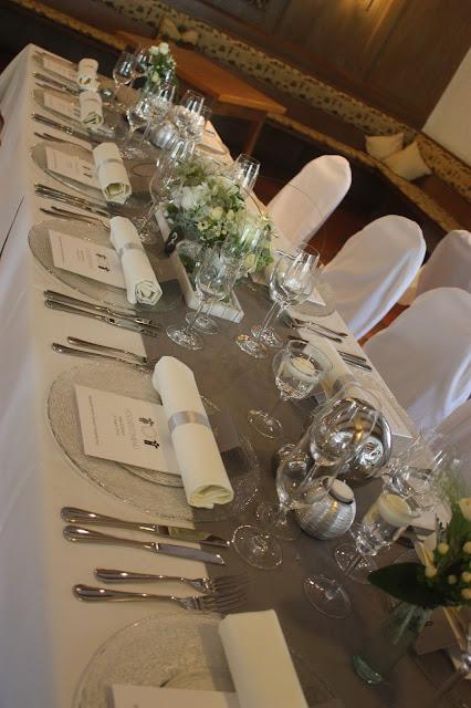 Tischdekoration - Elegante puristische Hochzeit in Creme und Silbergrau, Mann und Frau, im Riessersee Hotel Garmisch-Partenkirchen, heiraten in Bayern, wedding in grey and ivory in Germany