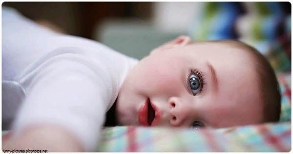 Photo beau bébé garçon avec beau yeux bleus
