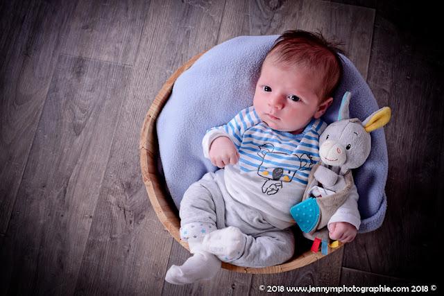 photo bébé dans seau vigneron avec plaid bleu et doudou