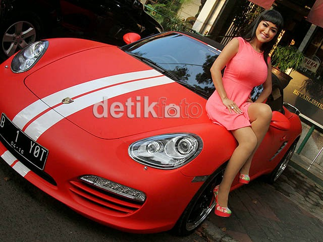 Photo Hot Julia Perez Hot di Atas Porsche