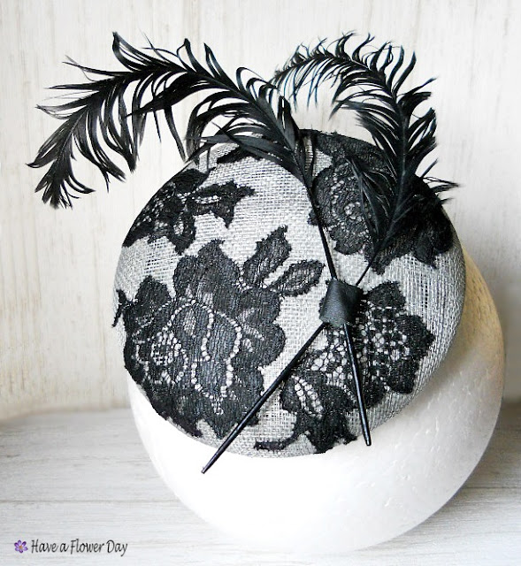 PAULA. Tocado con encaje y plumas · Millinery with lace and feathers