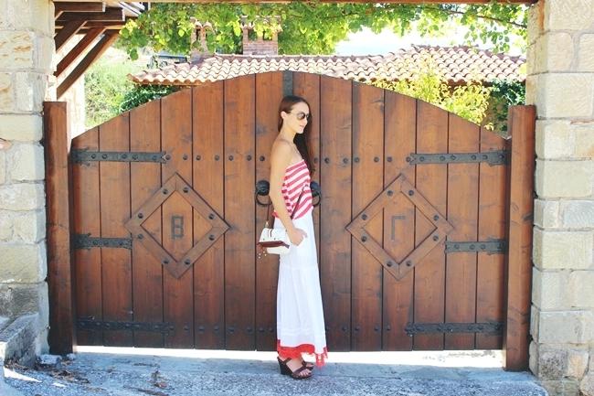 duga haljina sa belo-crvenim prugama, moda za leto